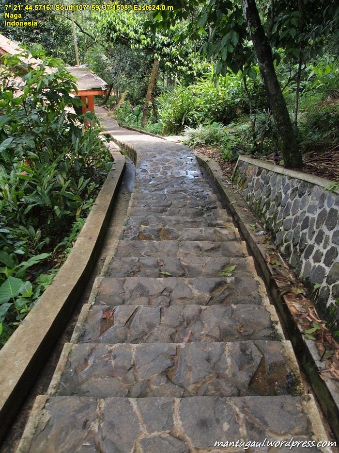 Karena letaknya di lembah, Anda harus turun tangga untuk ke Kampung Naga