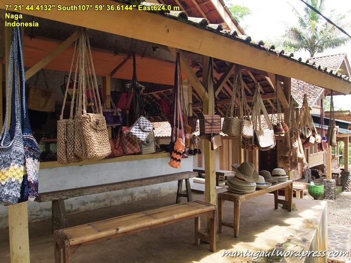 Kios disekitar tangga menuju Kampung Naga