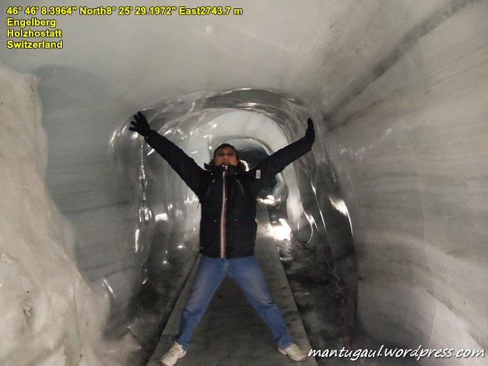 Masuk ke dalam glacier cave