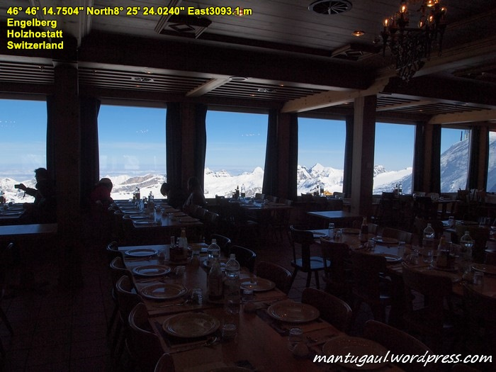 Sambil makan siang, pemandangannya Gunung Titlis