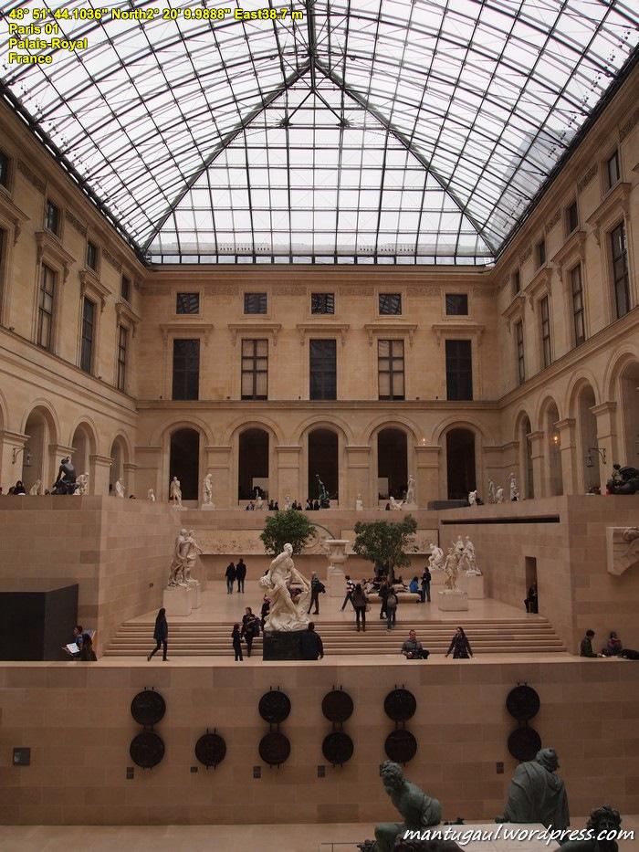 Museum Louvre tampak dalam
