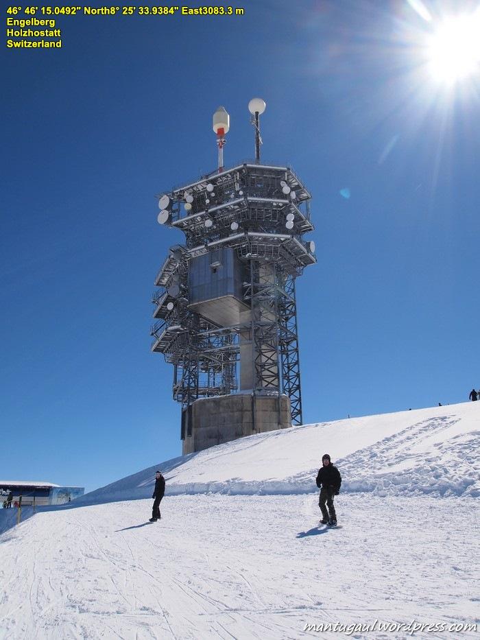 Menara komunikasi di atas puncak