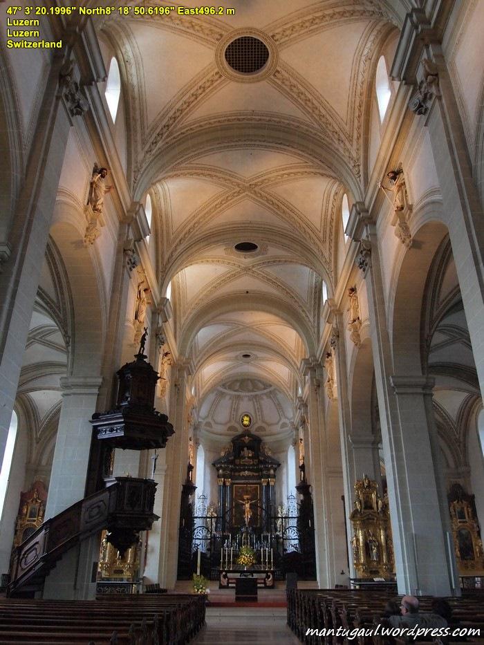 Di dalam Gereja Santo Leodegar