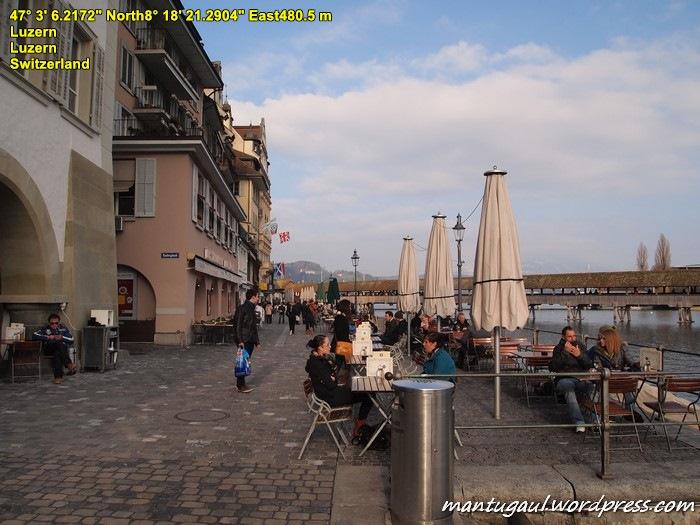 Jalan Rathausquai terkenal dengan kafe-kafe di Kota Lucerne