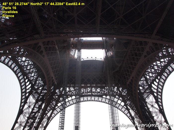 Eiffel tampak dari bawah