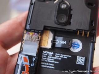 Masukkan SIMcard di bawah micro SD