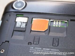 Micro SD slot, SIM 1 dan SIM 2