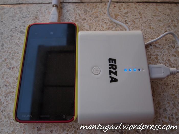 Sedang mengisi Nokia Lumia 620