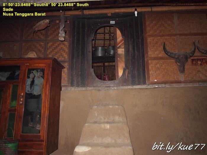 Rumah Adat Sasak tampak dalam