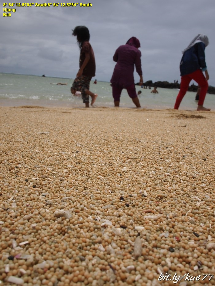 Keunikan Pantai Kuta Lombok adalah pasirnya seperti merica