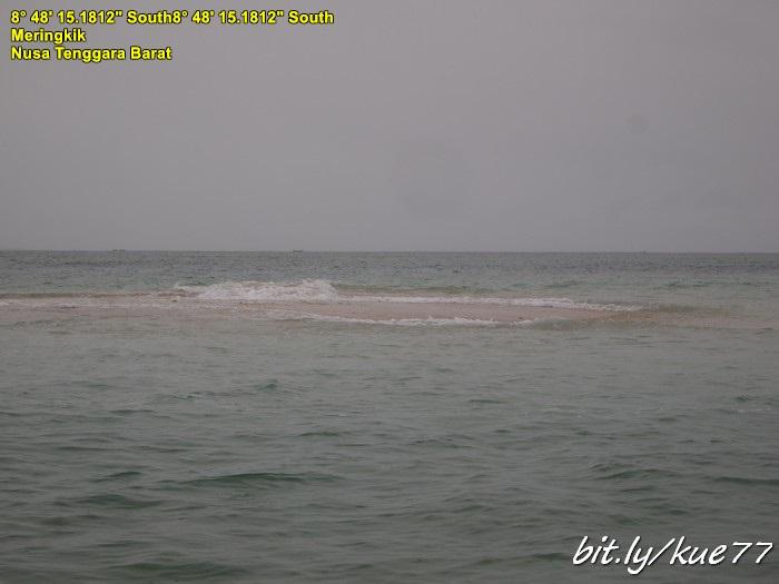 Pulau pasir putih saat air laut pasang, tidak begitu terlihat