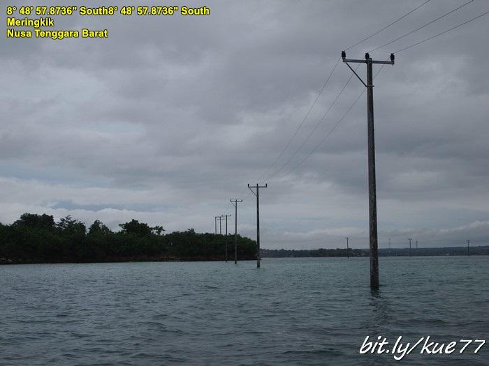 Tiang listrik di tengah laut