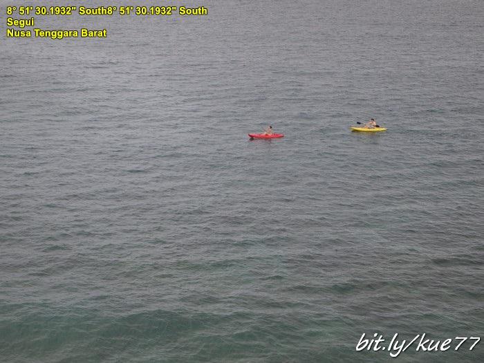 Main kayak di pantai pink