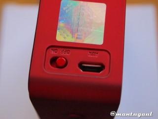 Tombol power dan micro USB slot iBomb Cube