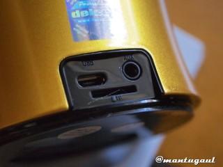 Micro USB untuk charge, Audio in, dan Micro SD card slot