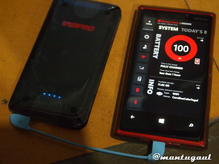 Powerbank Visipro 6000 sedang mengisi Nokia Luma 920