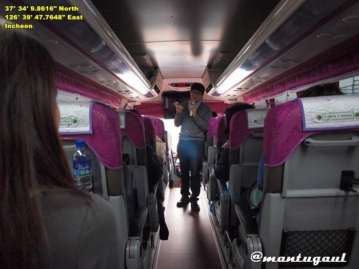 Disambut tur guide dalam bus