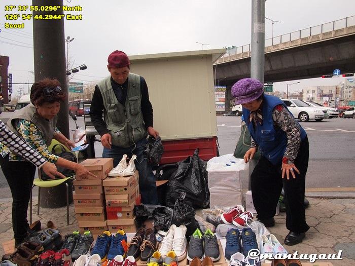 Orang berjualan di Seoul