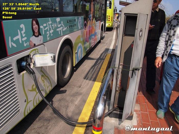 Naik ke Namsan Tower hanya bisa dengan bus, salah satunya bus listrik