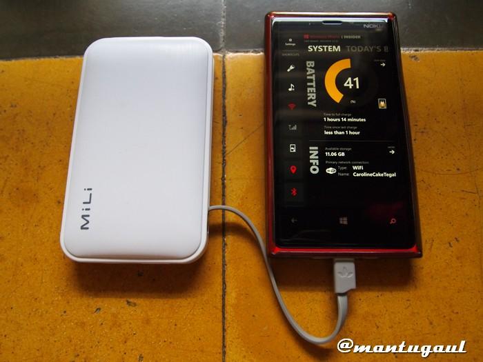 Sedang mengisi Nokia Lumia 920