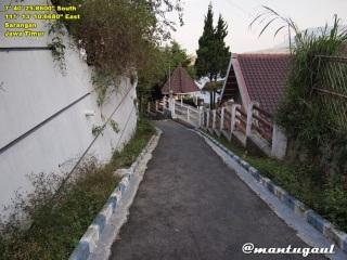 Jalan kecil menurun di sebelah Villa Azalia