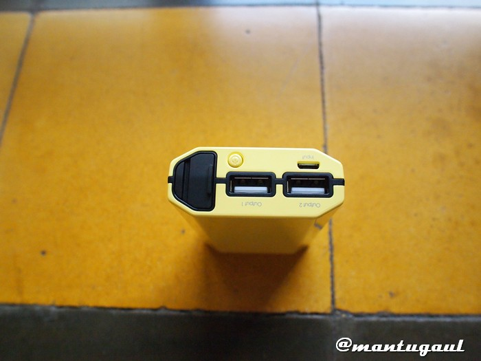 1 kompartemen penyimpanan kabel. 2 Port USB. Power button dan Input Micro USB