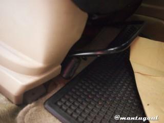 Taruh dibawah kursi jok mobil