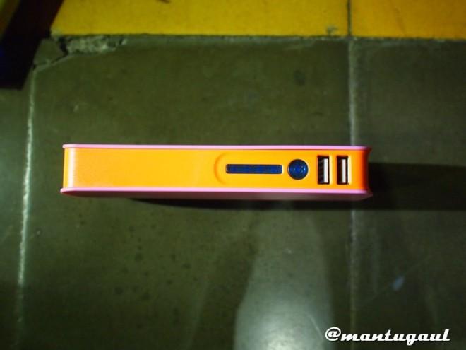 Tampak samping: Lampu indikator 4 lampu, Tombol power dan 2 port USB
